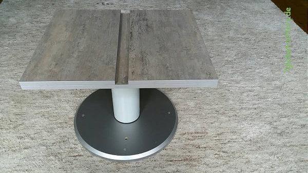 Höhenverstellbarer, klappbarer Tisch im Wohnmobil mit ausziehbaren Stützen
