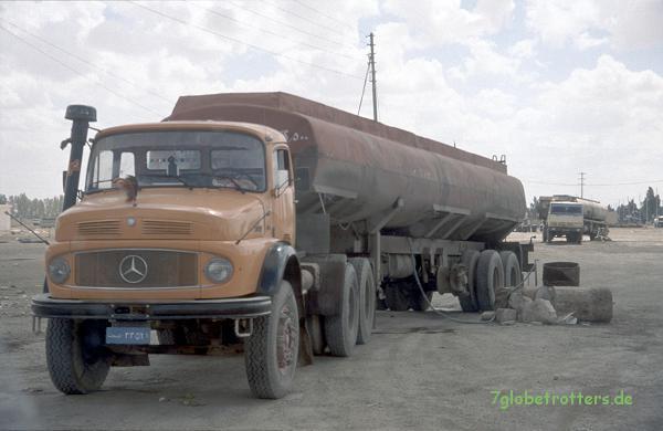 Mercedes-Benz Kurzhauber LA 2624 (LA 2220?) als irakische Dreiachser-Sattelzugmaschine mit Tanklastzug, Syrien, 1997