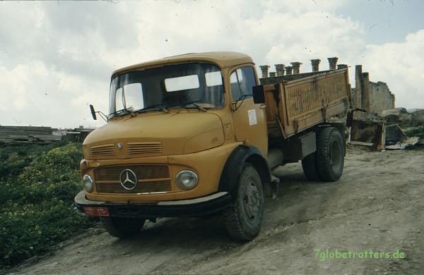Mercedes-Benz Kurzhauber im Einsatz: MB 1113 B als Kipper in Palmyra, Syrien, 1997