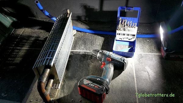 Das Viertelfinale im Bad: Versuchsaufbau mit 18-V-Akkuschrauber und Akku-Baustrahler