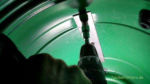 Verschrauben der Halterung im Abwassertank - sogar mit dem Akkuschrauber