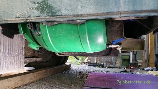 Der selbst gebaute Abwassertank unter dem Heck des Kastenwagens MB 711 D