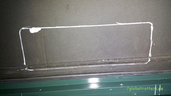 Anreißen der Abluftöffnung für den Absorberkühlschrank von innen