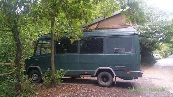 Unser zum Wohnmobil umgebauter MB 711 D in London mit Regenvariante des Aufstelldachs
