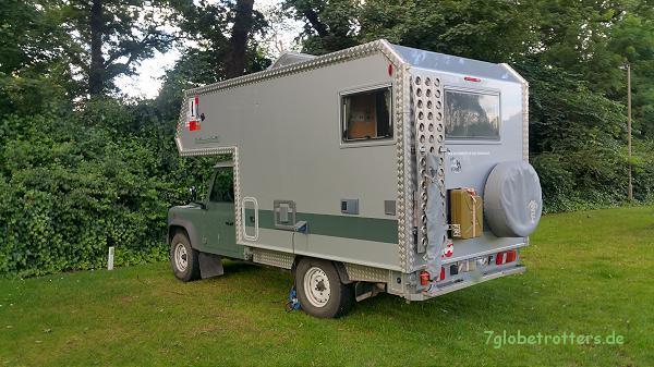 Zum Wohnmobil umgebaute Land Rover mit Bimobil-Kabine