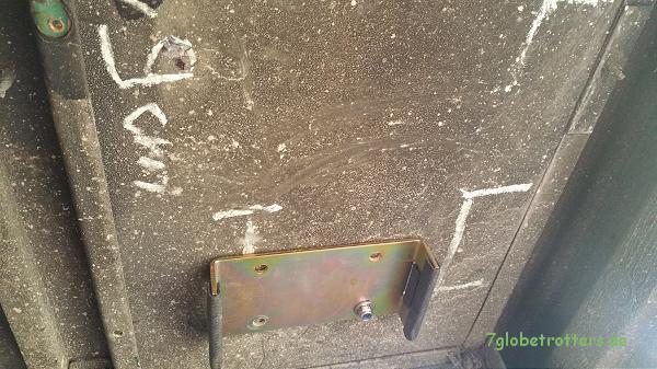 Der Wynen Gastank wird mit Edelstahlhaltern unter der Bodenplatte befestigt.