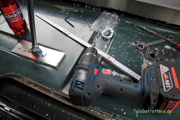 Gasdruckfedern für das Aufstelldach nachrüsten: Montage der unteren Gasfederaufnahme im Aufstelldach
