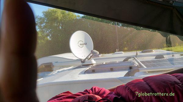 Im Aufstelldach schläft man bei heruntergelassenem Dachzelt und geschützt vom Mückennetz sehr luftig