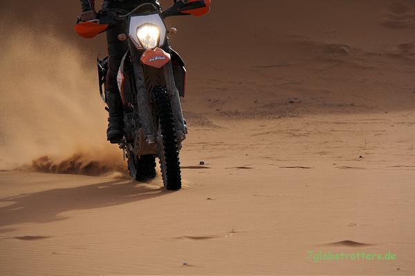 Anfahren mit der Enduro im Sandd heißt auch ohne Vortrieb schnell durchschalten