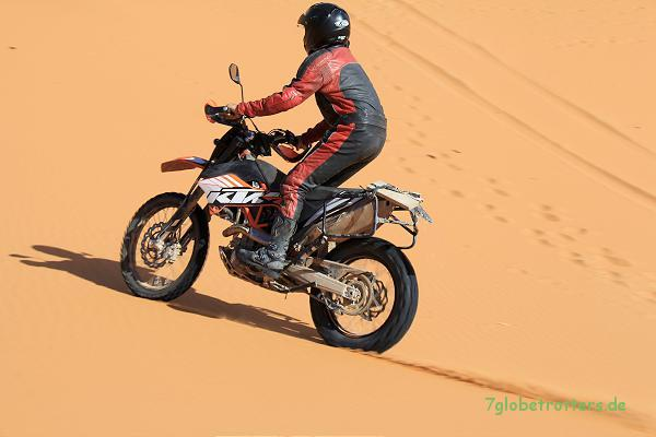 Mit genügend Geschwindigkeit sinkt die Enduro nicht mehr in den Sand ein, sondern schwimmt auf