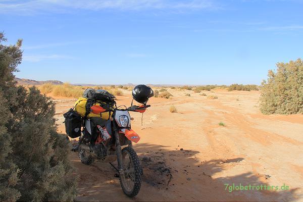 Harter Salzboden im Oued Draa sind mit der Enduro gut zu fahren