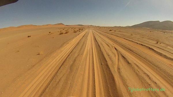Langes Sandfeld auf einer Piste: am besten fährt man hier neben der Piste