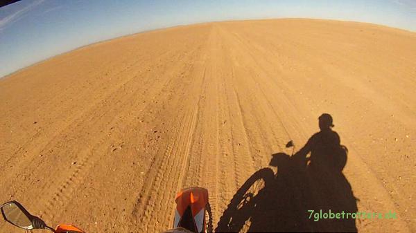 Einfacher Piste im Nichts der marokkanischen Wüste