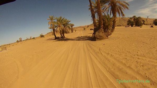 Enduro fahren im Sand: Normal versandete Piste in Marokko