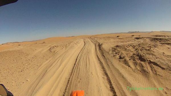 Kleinere Sanddünen auf der Wüstenpiste