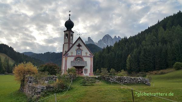 Das Kirchlein Ranui vor den großen Geislerspitzen mit dem Sass Rigais von 3.025 m