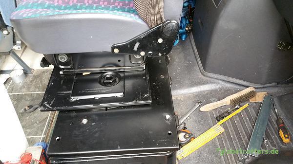 Die Drehkonsole MB Vario dreht den Beifahrersitz außermittig in den Mittelgang