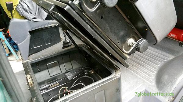 Sitzkasten für die zusätzlichen Batterien im MB 711 D mit geklapptem Beifahrersitz