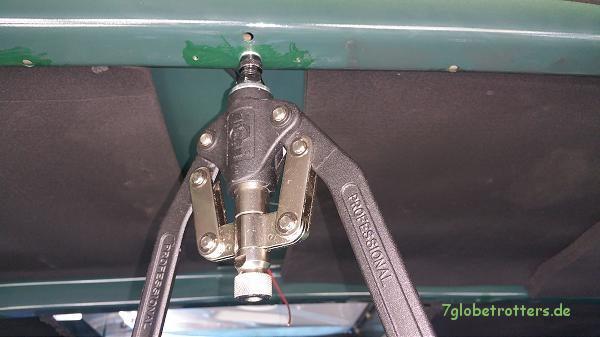 Test der Nietmutternzange am Karosserieprofil im Kastenwagen