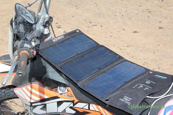 KTM 690 Enduro R mit dem Solarladegerät von Anker