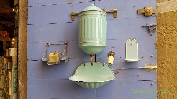Klassische Waschgelegenheit als Dekoration eines kleinen Lädchens in der Altstadt von Marseille