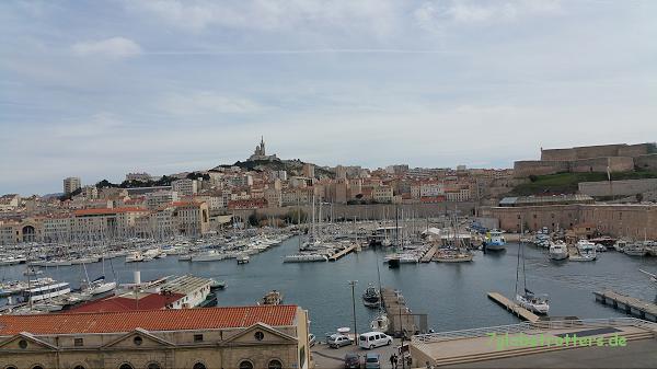 Blick über den alten Hafen von Marseille mit der Basilique Notre-Dame de la Garde