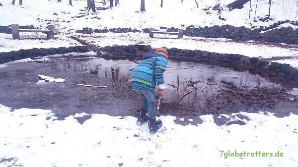 Der weiße Bruder stochert nach dem Schatz im Silbersee