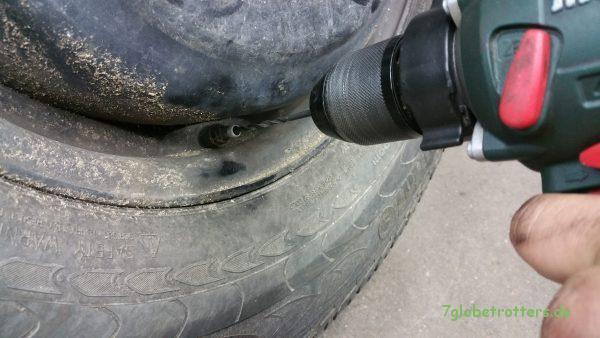 Das Reifendichtmittel hat das Ventil verklebt