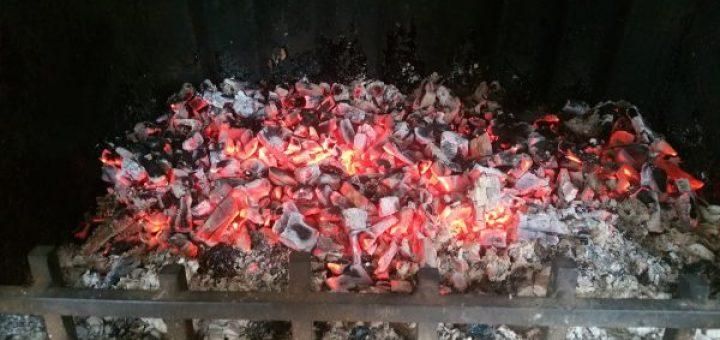 Auch Buche brennt nicht ewig: Nur noch Glut im Kamin