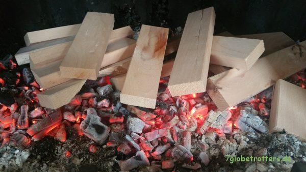 Kaminfeuer mit feinstem Kinderspielzeug