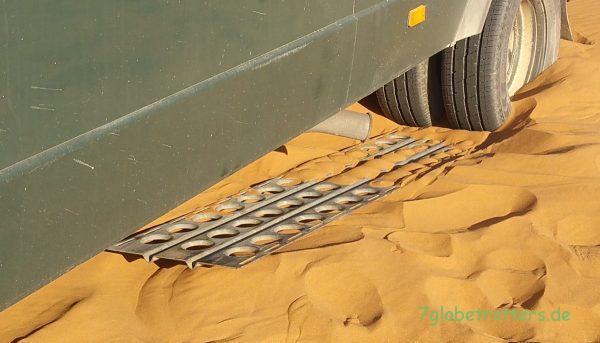Test der Stahl-Sandbleche im Erg Chebbi: Sandbleche aus Kunststoff wären besser gewesen