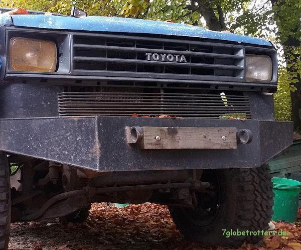 Natürlich mit Rammschutz: Toyota Hilux Pickup 6x6