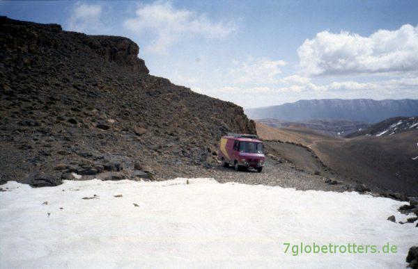 Schneefelder kurz vor dem Tizi-n-Tirherhouzine im Hohen Atlas