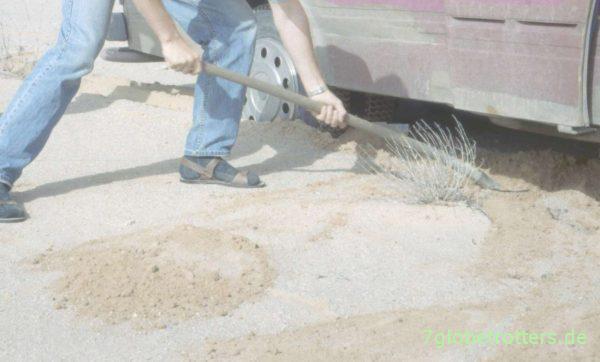 Der MB 407 D steckt wieder einmal im Sand fest