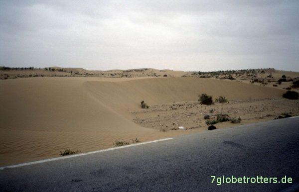 Sanddünen neben der Straße