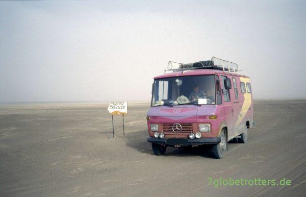 Marokkanische Wüstenwegweiser auf der Piste von Rissani nach Merzouga