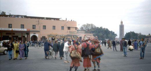 Der Djemaa el Fna liegt direkt am Eingang der Souks von Marrakesch
