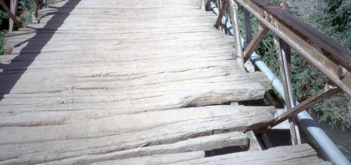 Brücke über den Zufluss zum Wasserfall