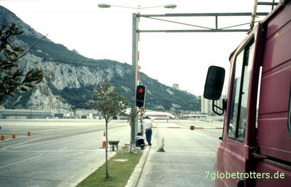 Gibraltar: Achtung, Flugzeug von links