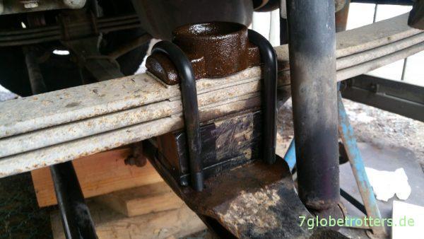 Federn, Unterlegplatten und Achse werden mit den neuen Federbriden verschraubt