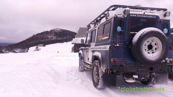 Land Rover Defender im Schnee