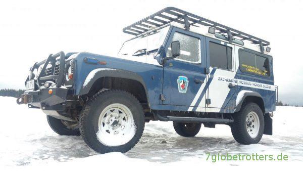 Die tschechische Bergwacht fährt Land Rover Defender im Schnee