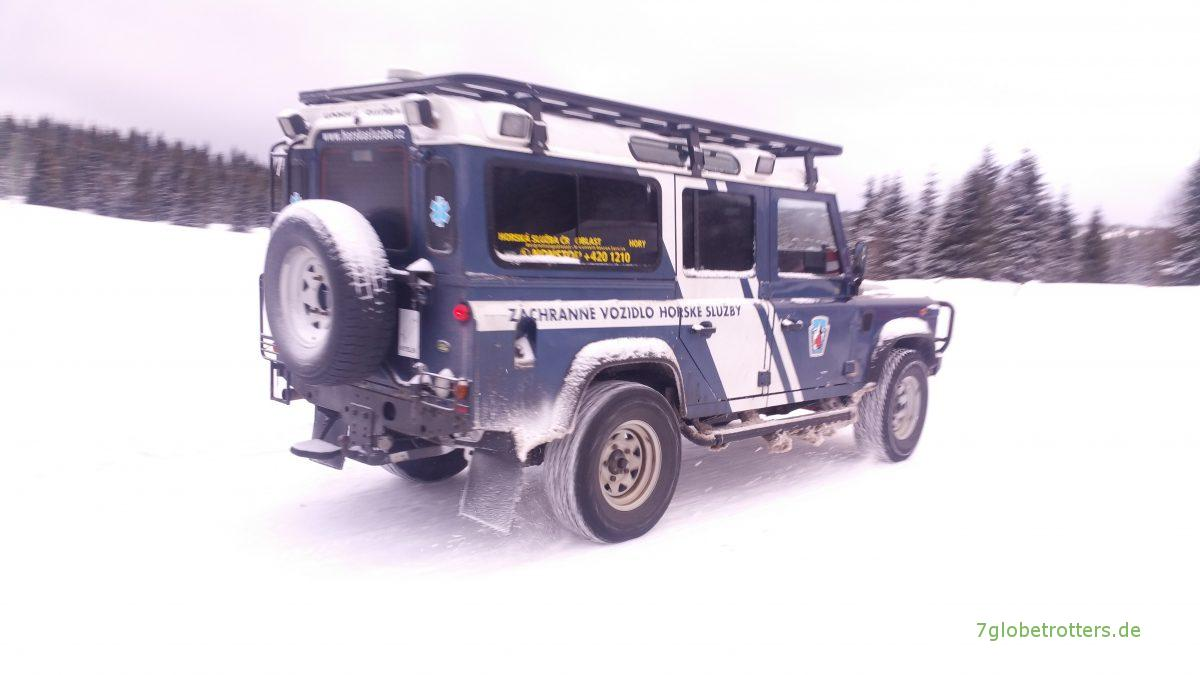 Land Rover Defender Im Schnee Einsatz Bei Der Bergwacht Dynamisch Unterwegs