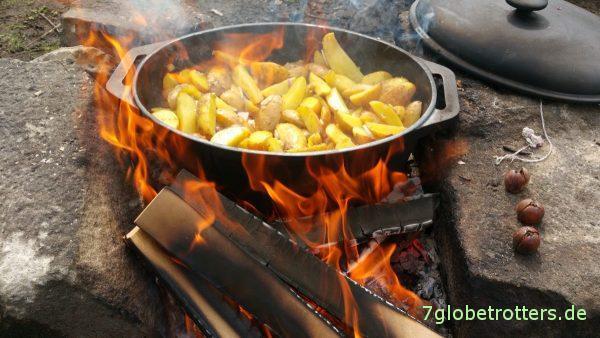 Mittagessen am Lagerfeuer mit dem provisorischen Dutch Oven: Ein Gänsebräter