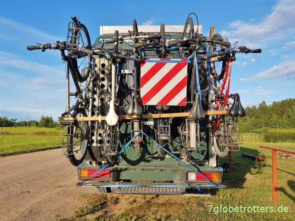 Der selbst gebaute Fahrradträger senkrecht am Heck hat sich nach 10.000 km mit 6 Fährrädern mehr als bewährt.