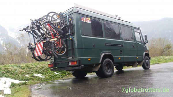 MB 711 D mit Fahrradträger senkrecht am Heck