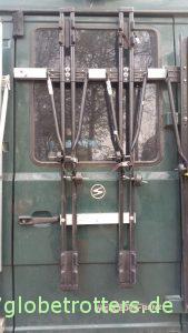 Fahrradträger senkrecht an der Hecktür des Wohnmobils