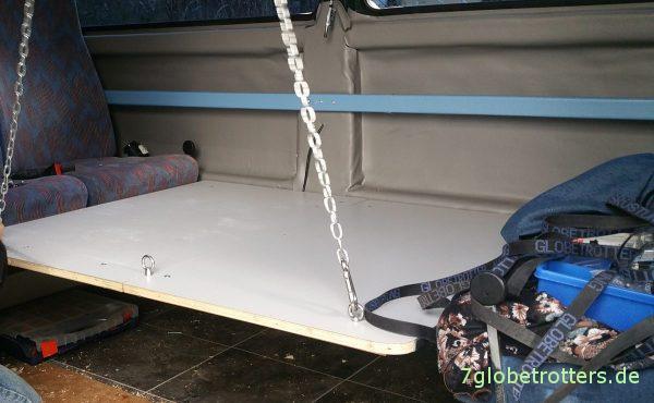Wohnmobil-Tisch selber bauen: Aufhängung an Ketten in unterer Position