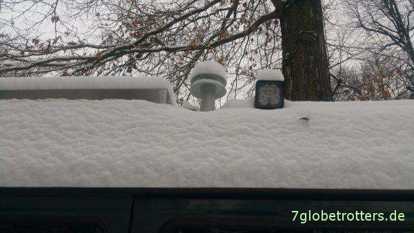 Winter im Garten und Baupause am Bus