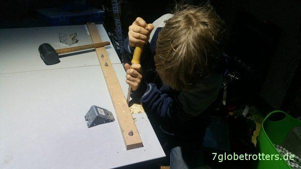 Kinderarbeit beim Wohnmobil-Tisch selber bauen: Einarbeiten der Stahlwinkel